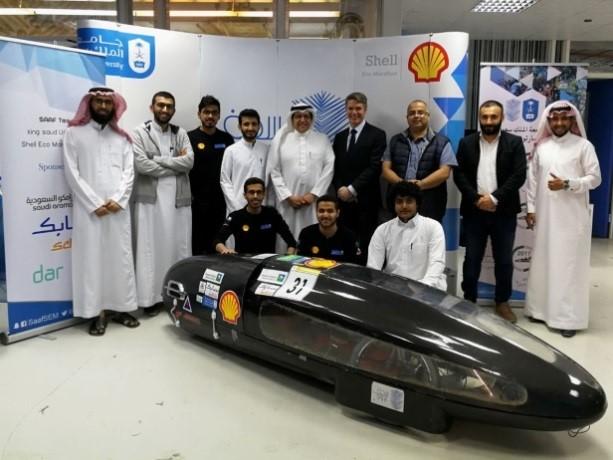 الرئيس التنفيذي لشركة شل في السعودية يطّلع على سيارة رياض-2 المشاركة في ماراثون شل البيئي 2018م