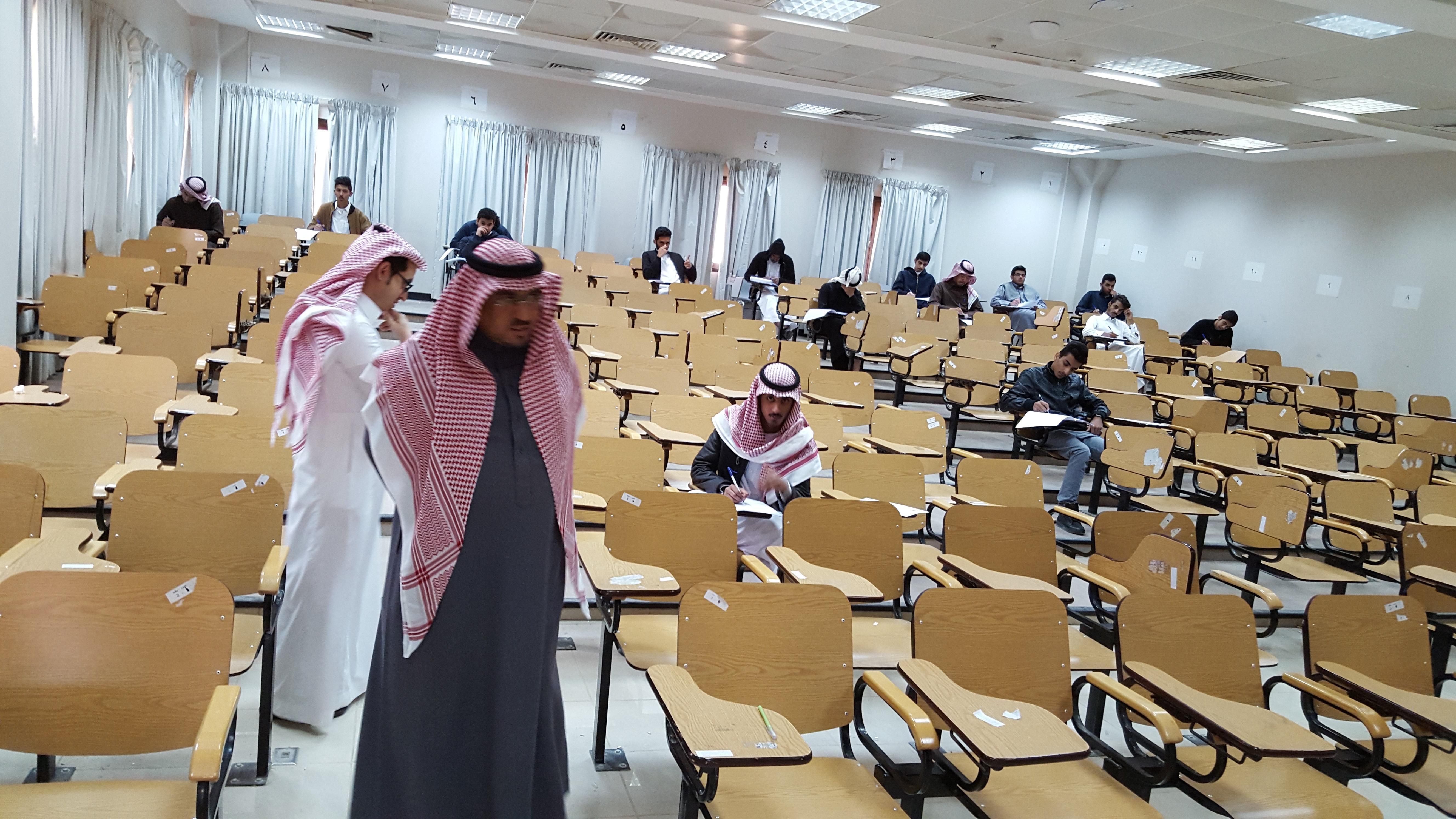 وكيل الكلية للشؤون الأكاديمية يتفقد سير الاختبارات النهائية