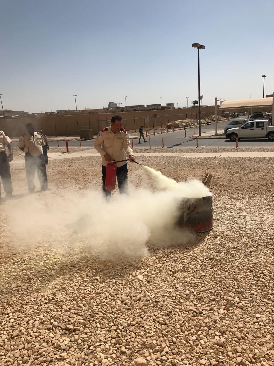 دورة تدريبية على طفايات الحريق  بمركز التدريب بالإدارة العامة للسلامة والأمن الجامعي
