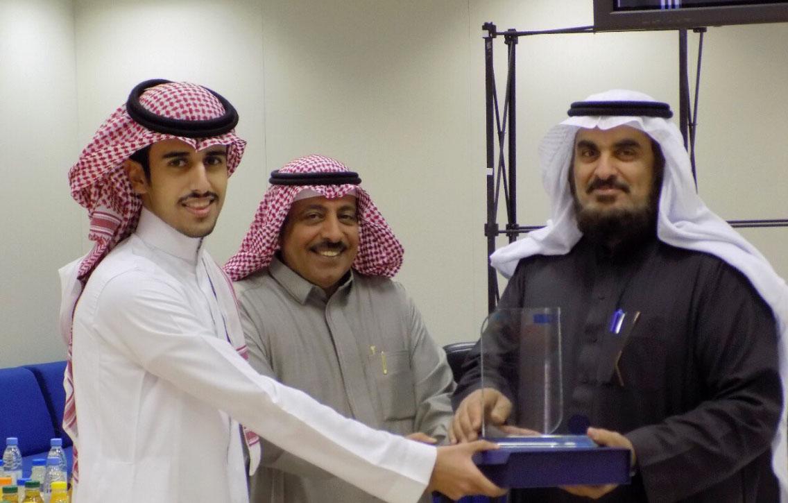 76- المهندس/ صالح بن يوسف اليوسف يحصد جائزة مسابقة الطالب المثالي في كلية علوم الأغذية والزراعة.