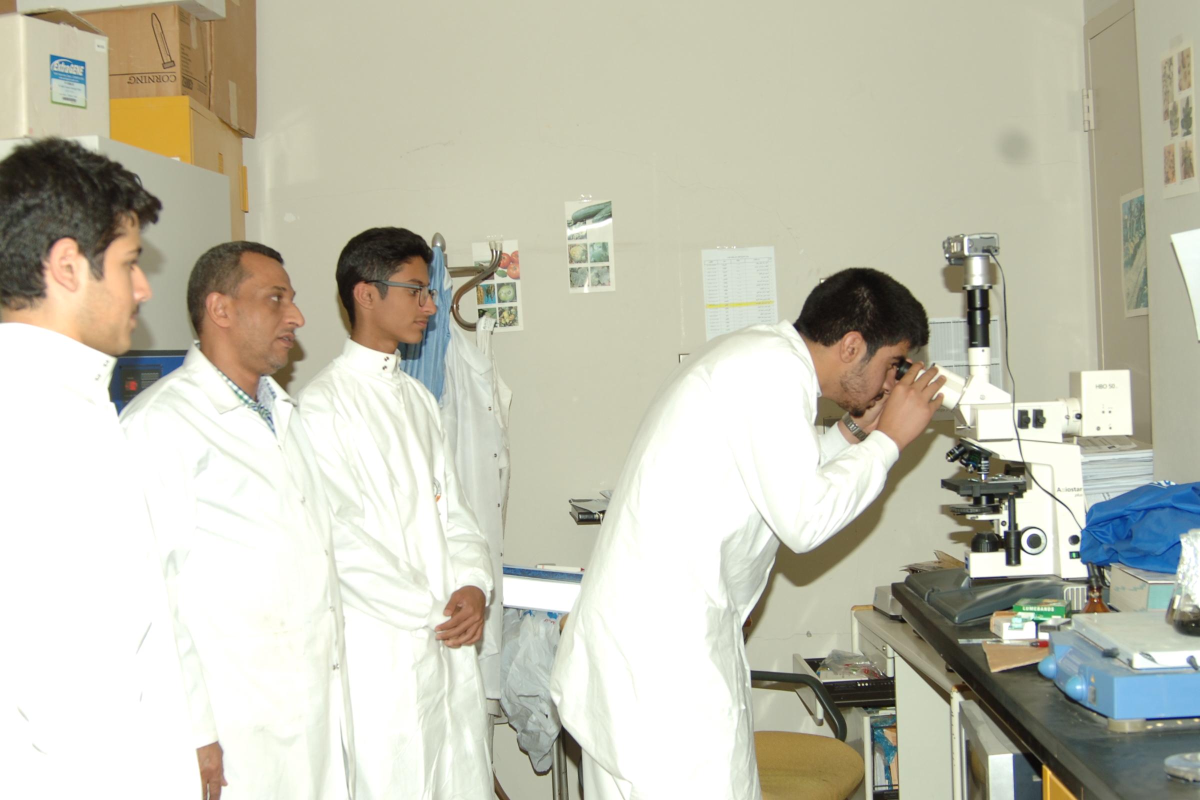 82- طلاب ثانوية الصديق يتدربون في مختبرات ومعامل كلية علوم الأغذية والزراعة.