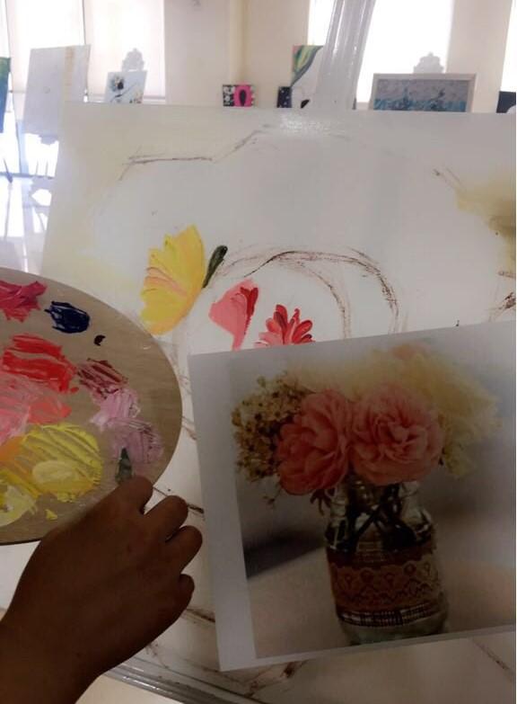 طالبات الجامعة الموهوبات في الرسم يتعلمن تقنيات الرسم بالزيت في دورة الرسم بالزيت