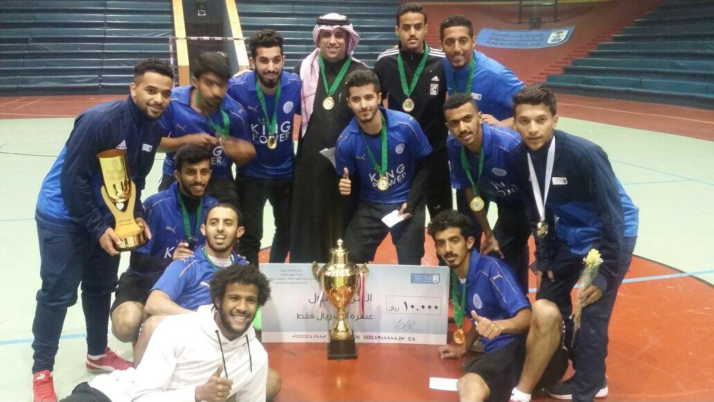 كلية علوم الرياضة والنشاط البدني تحقق كأس معالي مدير الجامعة لخماسيات كرة القدم