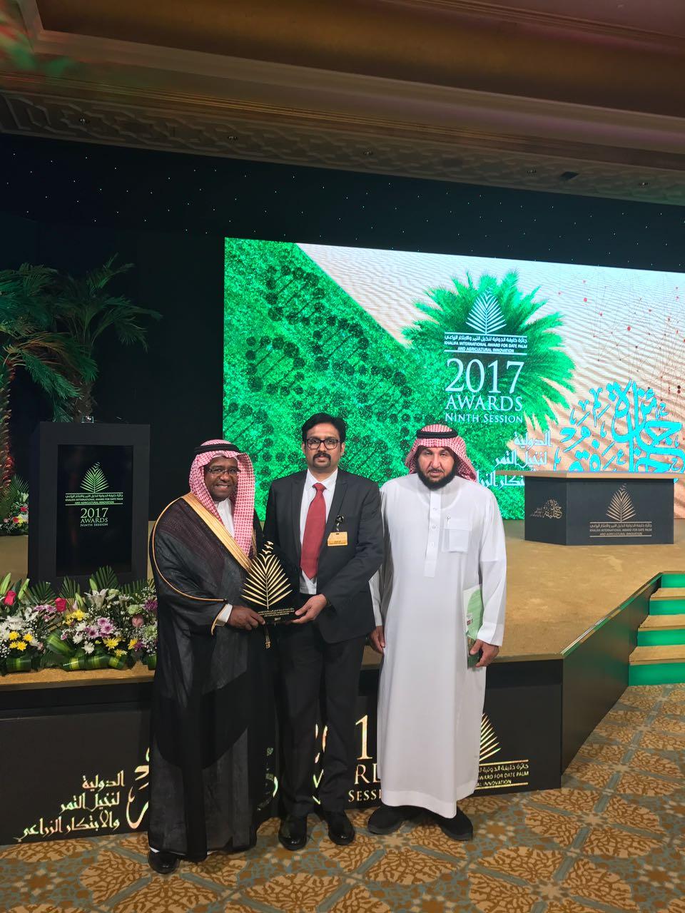 103- الدكتور/بينو من كلية علوم الأغذية والزراعة يستلم جائزة خليفة الدولية لنخيل التمر والابتكار الزراعي.