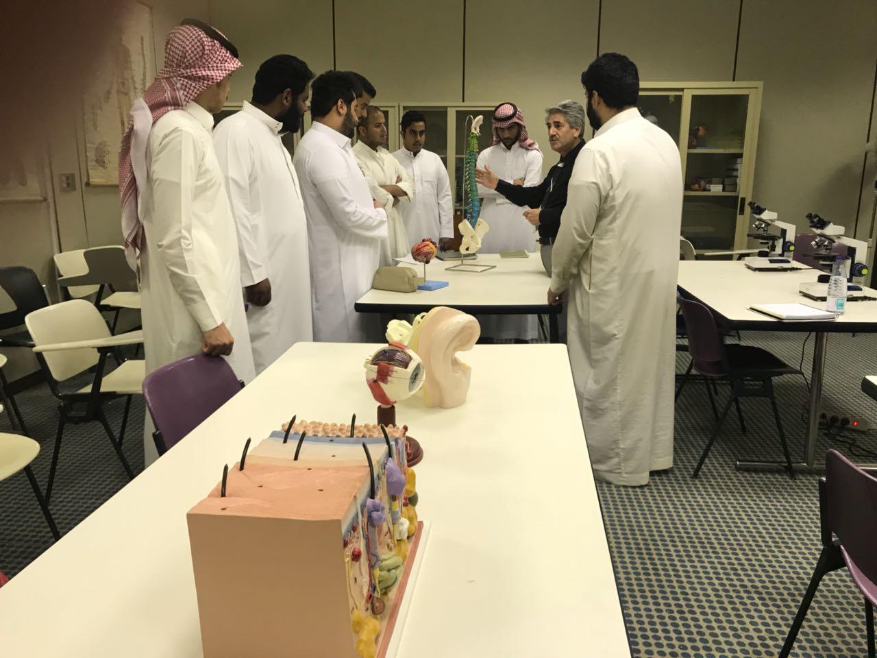 وفد من طلاب الجامعة يزور وحدة مختبرات علم النفس