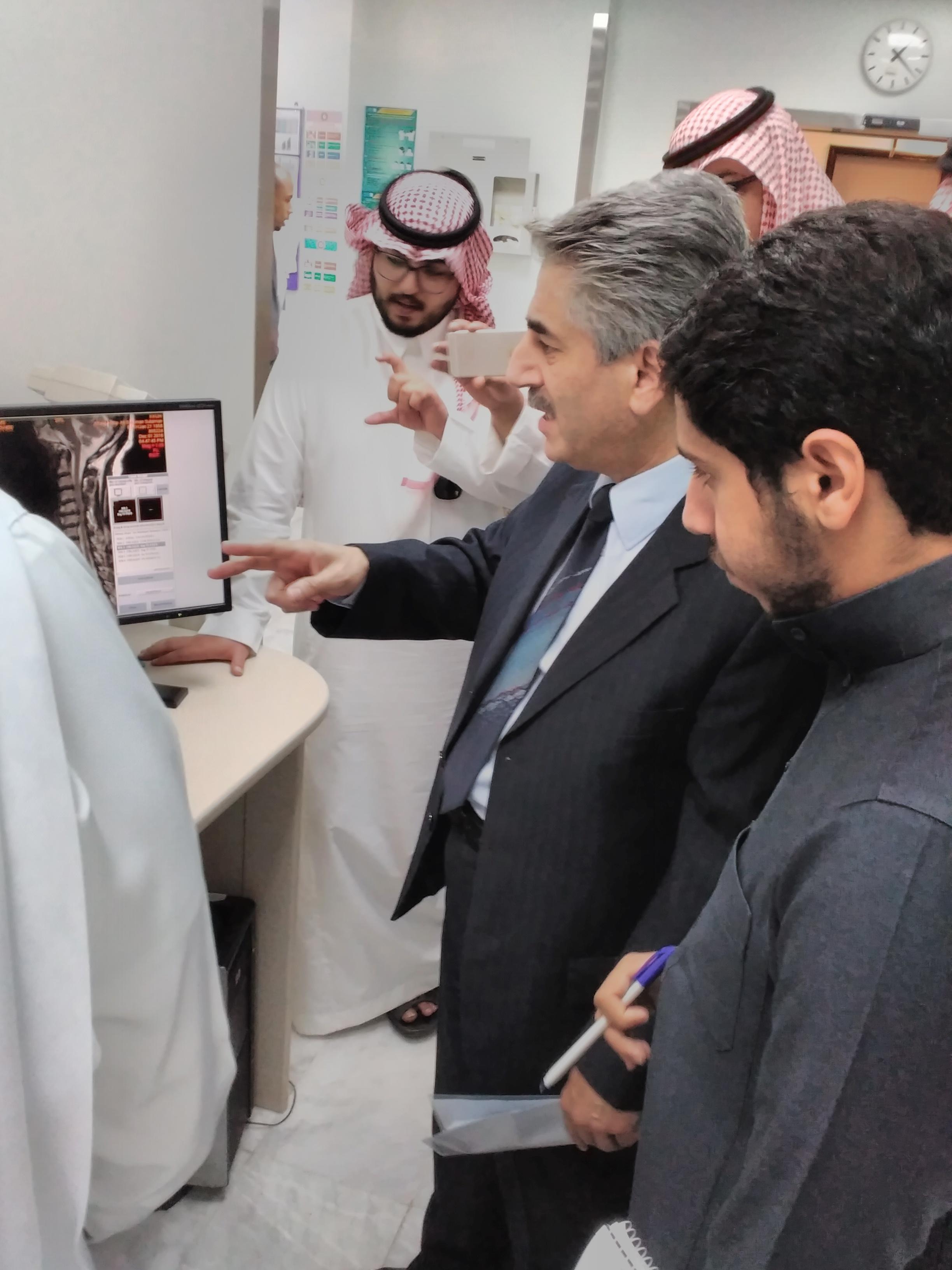 طلاب علم النفس في وحدة MRI بمستشفى الملك خالد الجامعي