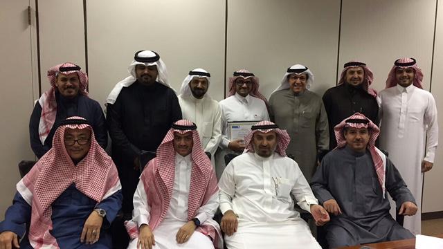 أ. أحمد مباركي يحصل على جائزة العميد للموظف المثالي بالكلية لشهر ربيع الأول لهذا العام