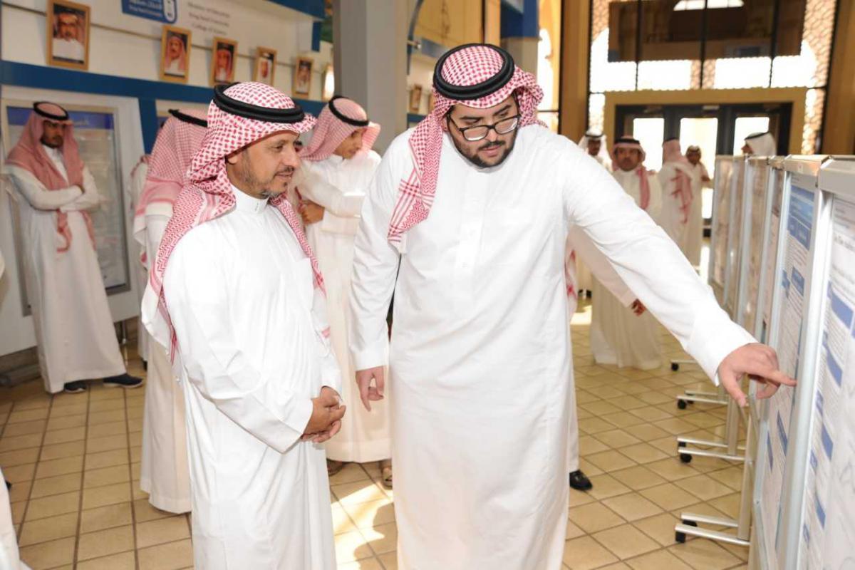 وكيل الجامعة للشؤون التعليمية والأكاديمية يكرمّ الطلاب المتميزين في مشاريع التخرج في كلية العلوم