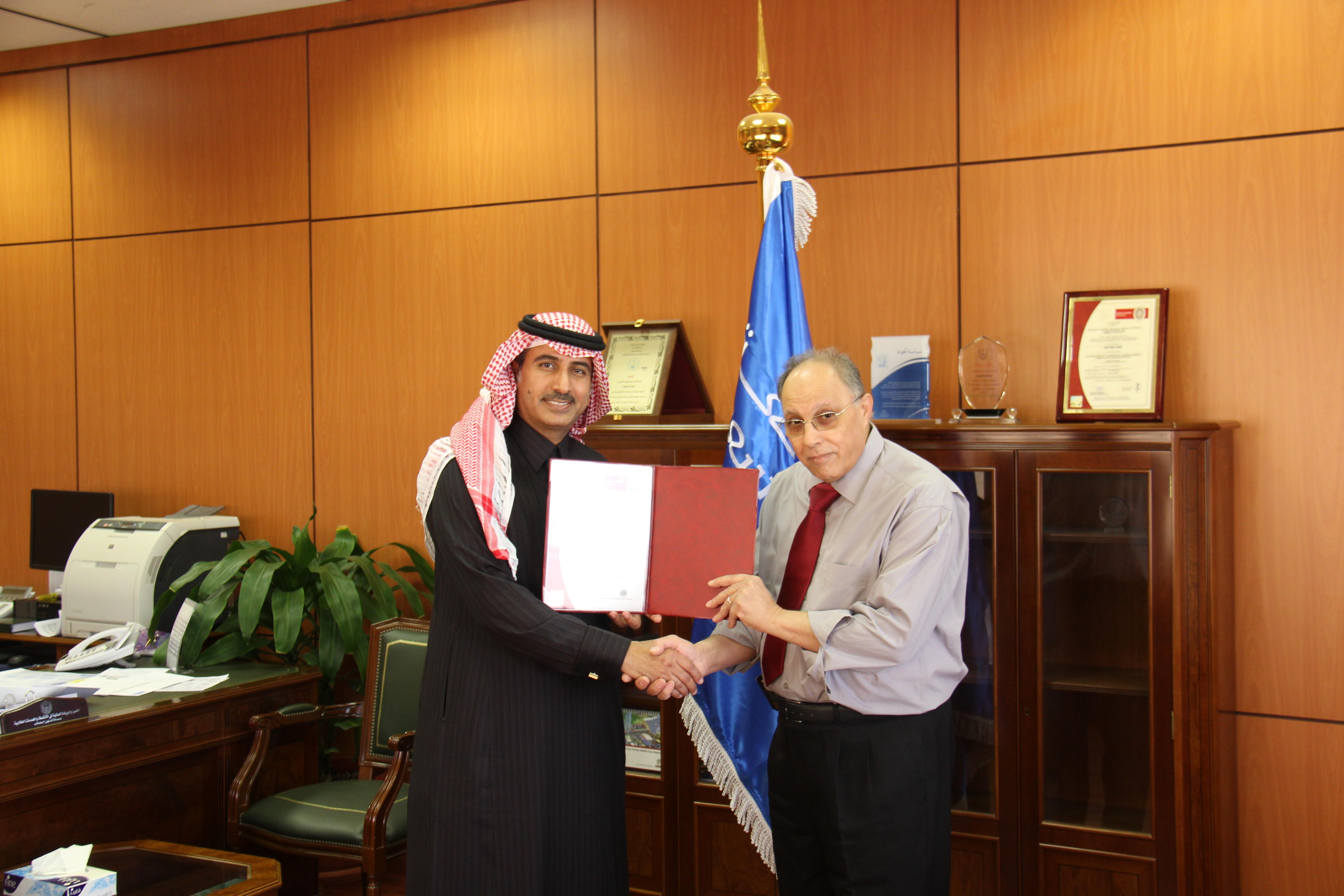 عمادة التطوير والجودة تحصل على شهادة مدقق دولي