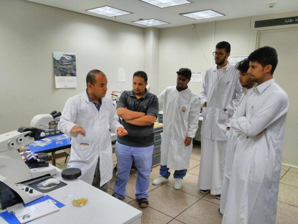 دورةللطلاب بعنوان:  (المجهر الالكتروني النفاذ) أقامتها وحدة التدريب وخدمة المجتمع