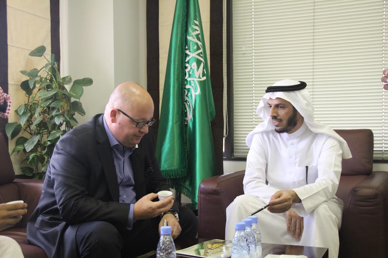 مدير عام فنادق هيلتون في الرياض يزور أوقاف الجامعة