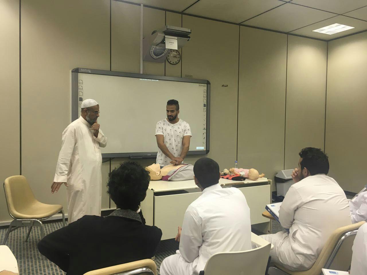 """ضمن سلسلة الدورات التطويرية وحدة التدريب ووحدة الارشاد الطلابي بالكلية تقيمان دورة بعنوان """"الاسعافات الأولية"""""""
