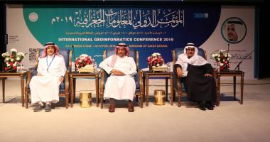 نيابة عن نائب أمير منطقة الرياض  معالي مدير الجامعة يفتتح المؤتمر الدولي للمعلومات الجغرافية