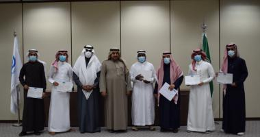 عميد الكلية يكرم الطلاب الحائزين على جائزة العميد للتفوق العلمي للعام الجامعي ١٤٤١/١٤٤٠هـ