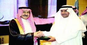 أمير الرياض يكرم المشرف العام على كرسي بقشان لابحاث النحل