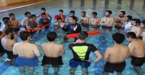 تدريب طلاب كلية الأمير سلطان الطارئة على الانقاذ المائي