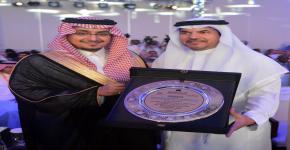 """تكريم سعادة الدكتور محمد بن إبراهيم العبيداء """"المشرف على إدارة الجمعيات العلمية"""" في مؤتمر مكة الدولي الخامس عشر لطب الأسنان"""