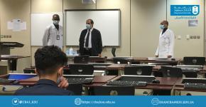 طلاب وطالبات كلية إدارة الأعمال يؤدون الاختبارات النهائية حضوريا