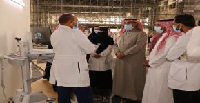 أ.د. النمي يرافق معالي رئيس الجامعة في زيارته لمركز لقاحات كوفيد-19