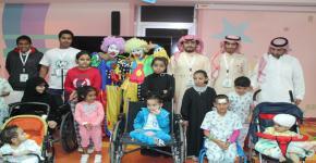 طلاب كلية المجتمع في زيارة لمرضى السرطان من الأطفال