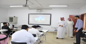 عميد كلية الدراسات التطبيقية وخدمة المجتمع يقوم بجولة تفقدية لمتابعة سير الاختبارات