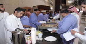 مبادرة لإطعام عمال النظافة في عمادة السنة التحضيرية