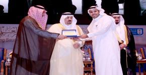 أمير منطقة الرياض يكرّم الحائزين على جائزة الموظف المثالي - العتيبي موظف العمادة مثالي