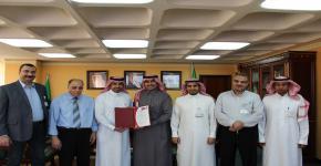 كلية المجتمع تتسلم شهادة تجديد نظام إدارة الجودة (الأيزو) من عميد عمادة التطوير والجودة بالجامعة