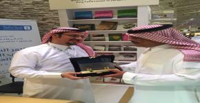 أمير الباحة يزور جناح الجامعة