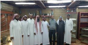 وفد من كلية المجتمع بجامعة الملك سعود يزور القرية التراثية في مدينة المجمعة
