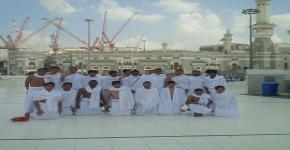 طلاب منتخب القدم يؤدون مناسك العمرة