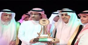 توج معالي وزير التعليم الدكتور عزام الدخيّل جامعة الملك سعود بدرع التميز الرياضي