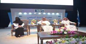 بحضور د/النمي مدير الجامعة يكرم ١٨٧ متفوقاً في جائزة العميد