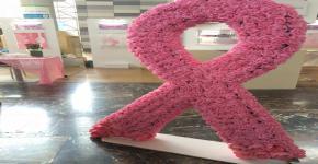 معرض توعوي بسرطان الثدي في بهو المدينة الجامعية للطالبات
