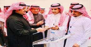 سمو نائب أمير منطقة الرياض يُدشّن دليل البحث عن وظيفة خلال افتتاحه لفعاليات اسبوع المهنة والخريج بجامعة الملك سعود
