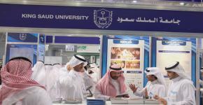 عميد التطوير يتابع نشر الخطة الاستراتيجية بمعرض التعليم العالي